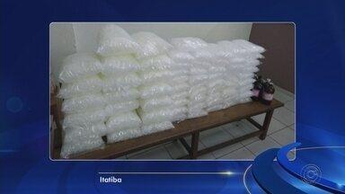 Polícia Militar fecha refinaria de drogas em Itatiba - A Polícia Militar fechou uma refinaria de drogas em Itatiba (SP). 18 quilos de drogas foram apreendidos e três homens foram presos por tráfico de drogas.