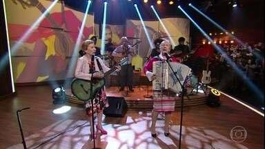 """Irmãs Galvão cantam """"Beijinho Doce"""" - A dupla feminina abriu o programa com a famosa canção"""
