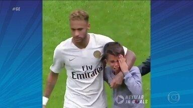 PSG vence, e Neymar dá camisa a menino que invadiu o campo - PSG vence, e Neymar dá camisa a menino que invadiu o campo