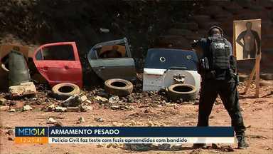 Polícia faz teste com fuzis apreendidos - Segundo a polícia as armas seriam usadas em assaltos a bancos e carros-fortes.
