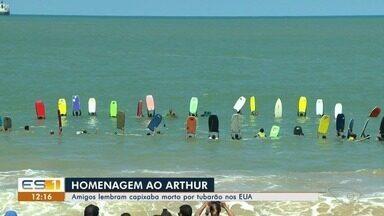 Surfistas homenageiam capixaba morto por tubarão nos EUA - O corpo do jovem foi enterrado no sábado (22).