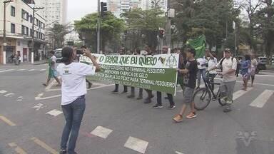 Protesto em frente ao Terminal de Pesca de Santos reivindica revitalização da área - Além disso, manifestantes pediam a transferência da Rua do Peixe para o TPPS.