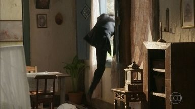 Virgílio tenta fugir da casa de Nicoletta, mas Luccino o impede - Rômulo e Edmundo chegam e conseguem render o comparsa de Xavier