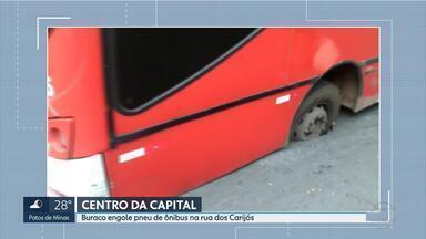 Ônibus 'atola' em asfalto no Centro de Belo Horizonte - A linha de Betim para Belo Horizonte estava com passageiros quando a rua cedeu.