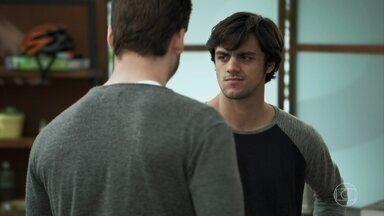 Elmo conta a Samuca que Cairu acordou - Samuca desconfia das intenções de Amadeu e alerta o amigo sobre a vingança do bilionário quando se der conta de que a última congelada fugiu da Criotec