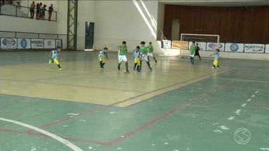 """Festival Dente de Leite de Futsal movimenta Rio Claro durante fim de semana - Ginásio Silvano dos Santos Arruda, o """"Batatão"""", reuniu garota animada e familiares orgulhosos."""