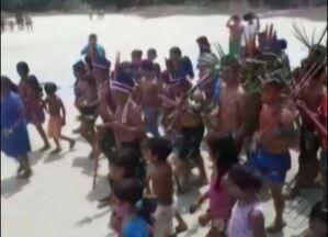 Conflito entre indígenas e madeireiros causa tensão em reserva indígena no Pará - Índios pedem reforço policial para combater a extração ilegal de madeira na reserva. Eles apreenderam caminhões, tratores e ferramentas de madeireiros.