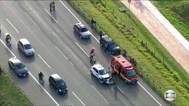 Acidente entre carros e motos bloqueia parte da Rodovia Ayrton Senna em SP - Três pistas da via foram interditadas. O acidente provocou lentidão na chegada à cidade de São Paulo.