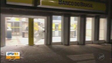 Grupo fortemente armado faz reféns e explode dois bancos em Machado (MG) - Grupo fortemente armado faz reféns e explode dois bancos em Machado (MG)