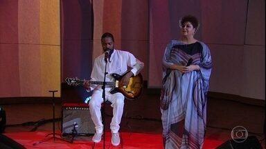 """Tiganá Santana e Fabiana Cozza cantam """"Le Mali Chez La Carte Invisible"""" - Tiganá explica como se inspirou para compor a música. Ele e Fabiana falam de seus trabalhos mais recentes"""