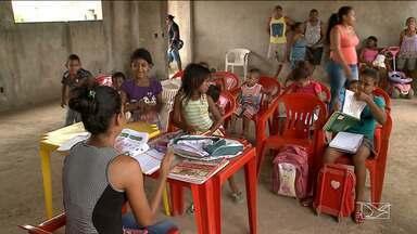 Moradores de comunidade em São Luís denunciam paralisação na construção de uma escola - Para que as crianças do bairro Ribeira não ficassem sem estudar, moradores improvisaram uma sala de aula no prédio inacabado onde deveria funcionar uma escola municipal.