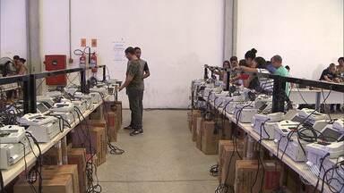 Boletim BATV: processo de abastecimento e lacração de urnas é iniciado em Salvador - Representantes de partidos, da OAB e juízes eleitorais acompanham o serviço.