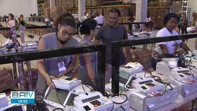 Urnas eletrônicas começam a receber dados de mais de 10 milhões de eleitores baianos - Representantes de partidos, da OAB e juízes eleitorais acompanham a lacração dos equipamentos, que conta com forte esquema de segurança para evitar fraudes.