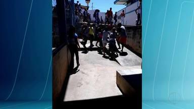 Rapaz de 18 anos mata padrasto de colega dentro de escola em Itinga - Homem foi até a escola após saber de um desentendimento entre a sua enteada e o jovem; após discussão, rapaz esfaqueou a vítima que foi socorrida, mas não resistiu aos ferimentos.