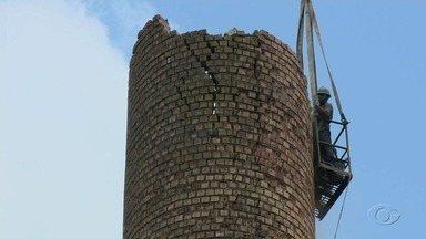 Chaminé de 40 metros de altura de empresa de cerâmica é demolida em Satuba - Demolição teve início na manhã nesta quinta-feira (27).