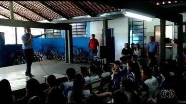 Jornalista Handerson Pancieri ministra palestra em escola de Goiânia - Ele participou da inauguração da biblioteca do colégio.