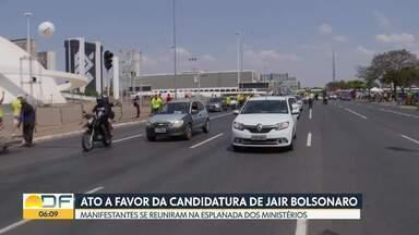 Manifestação em favor de Bolsonaro na Esplanada - Manifestantes que apoiam a candidatura de Jair Bolsonaro fizeram uma carreata no domingo que, segundo a PM, reuniu 12 mil carros.