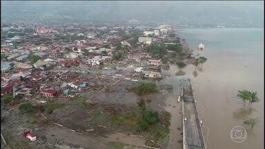 Sobe para 844 o número de mortos em terremoto e tsunami, na Indonésia - O país aceitou ajuda internacional e, três dias depois da tragédia, as equipes de resgate tentam encontrar sobreviventes em meio aos escombros.