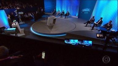 Candidatos a governador fazem último debate antes do primeiro turno em 25 estados e no DF - Em todas as regiões do país, mais de cem candidatos defenderam duas ideias no debate da TV Globo e das emissoras afiliadas.