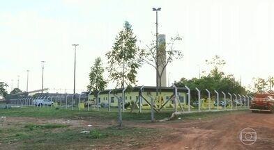 Professora e agente penitenciário levados como reféns continuam desaparecidos - Vinte e oito presos fugiram de um presídio no Tocantins ontem. Dez foram mortos. Buscas por reféns continuam.
