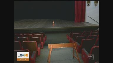 Chuva causa estragos e alaga Teatro Elias Angeloni em Criciúma - Chuva causa estragos e alaga Teatro Elias Angeloni em Criciúma