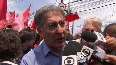 Fernando Pimentel (PT) fala sobre prioridades de governo - Candidato esteve em passeata acompanhado do presidenciável Fernando Haddad (PT), da candidata à vice-presidente Manuela Dávila (PCdoB) e da candidata ao senado Dilma Rousseff (PT).