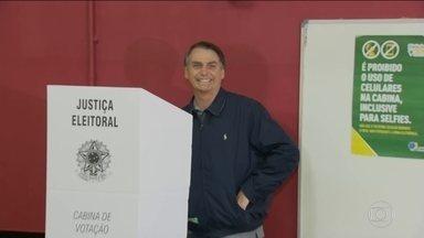 Jair Bolsonaro (PSL) vota no Rio de Janeiro - O candidato à presidência da República votou na zona oeste da cidade. Ele chegou acompanhado do filho e levou menos de um minuto para votar.