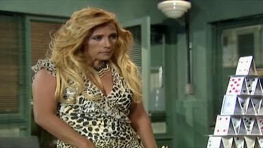 Números Primos - Rita Cadillac precisa de uma camareira e um segurança para um show que fará no presídio. Marinete consegue a indicação e ainda leva seu primo junto!