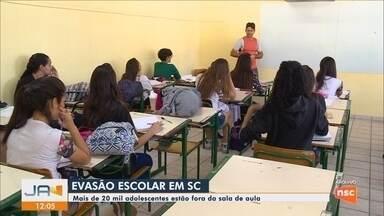 Mais de 20 mil adolescentes estão fora da sala de aula em SC - Mais de 20 mil adolescentes estão fora da sala de aula em SC