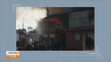 Homem morre carbonizado em incêndio dentro de casa, na Zona Oeste de Manaus - Vítima estava trancada no banheiro quando vizinhos ouviram explosão.
