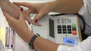 Falhas na identificação por biometria provocaram longas filas nas seções eleitorais - TSE pretende avaliar o desempenho do sistema de biometria, se possível, antes do segundo turno. Em Mato Grosso, eleitores esperaram até três horas para votar.