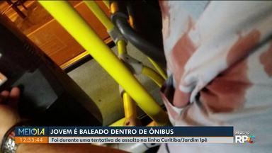 Jovem é baleado dentro de ônibus da linha Curitiba / Jardim Ipê - Disparo foi feito durante uma tentativa de assalto.
