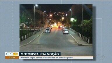 Motoristas estacionam carros na ponte do bairro Adélia Giuberti, em Colatina - A infração é grave e gera multa de quase R$ 200.