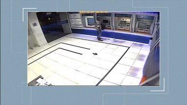 Polícia pede ajuda para encontrar suspeito de atear fogo em agências bancárias - SSP está divulgando imagens das ações do homem.