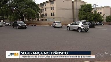 Moradores pedem sinaleiro e faixa de pedestres no Setor Urias Magalhães, em Goiânia - Eles afirmam que o trânsito no cruzamento está um caos.