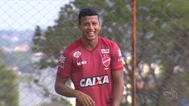 Maguinho volta a treinar e pode ser novidade no Vila Nova - Lateral-direito fica à disposição para enfrentar o Boa Esporte