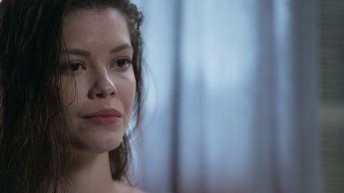 Cris comunica a Alain que desistiu de integrar o elenco de seu filme - Ela toma essa decisão após relembrar seu sonho como Julia Castelo