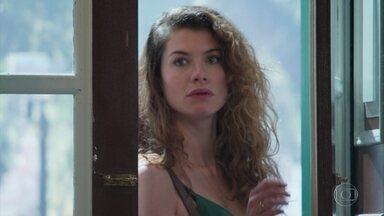 Isabel ouve conversa entre Cris Margot - Ela fica intrigada quando Cris conta que não está sabendo lidar com a história de Julia