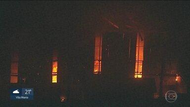 Incêndio atinge uma fábrica de resíduos industriais, em Itapevi - A fábrica fica perto da estação Amador Bueno, da linha 8-Diamante, em Itapevi. O material inflamável provocou algumas explosões.
