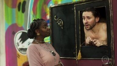 Cesária devolve alfinete de pérola ao cocheiro - Menelau ameaça o rapaz caso ele arme alguma coisa contra Dom Sabino