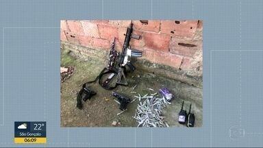 Confronto deixa três suspeitos mortos em São Gonçalo - A Polícia Militar contou que foi à Comunidade do Anaia verificar a denúncia de um caminhão frigorífico roubado. Houve tiroteio, que terminou com três mortos e um ferido. Os policias apreenderam um fuzil, uma metralhadora e outros itens.