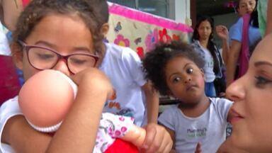 Apae de Itaquaquecetuba recebe doações - Policiais civis distribuíram brinquedos para crianças.