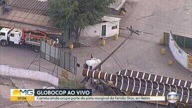 Carreta derruba poste em Betim, na Grande BH - Motorista bateu em poste ao acessar marginal da Rodovia Fernão Dias.