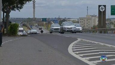 Feriado deve ter aumento de 20% no fluxo de veículos nas rodovias da região - O feriado prolongado de Nossa Senhora Aparecida faz com que muitas pessoas viajem. Portanto, de acordo com a Polícia Rodoviária, é estimado um aumento de 20% no fluxo dos veículos nas rodovias do Centro-Oeste Paulista.