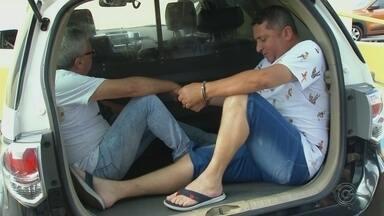 Polícia prende em Agudos dois suspeitos de participar do golpe do 'falso prefeito' - Estelionatários foram condenados por aplicar golpes entre 2010 e 2012. Eles se passavam por prefeitos e pediam dinheiro para empresas que prestavam serviços para a administração pública.