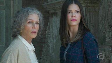 Cris vai com Margot à casa de Julia Castelo - A senhora aprece e diz que Cris só pode entrar na casa sozinha, ou não entra