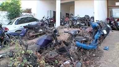 No Piauí, delegacia enfrenta problema de superlotação de carros - Motos se amontoam na recepção da Delegacia de Picos, no Sul do estado. Quem chega para fazer um boletim de ocorrência tem que dividir espaço com elas.