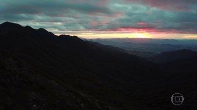 Pedra da Mina é o quarto maior pico do Brasil e o mais alto da Serra da Mantiqueira - Há 18 anos, o guia Lorenzo coordenou a primeira medição de campo que confirmou o título. Antes, o pico das Agulhas Negras era apontado como o maior da Mantiqueira.