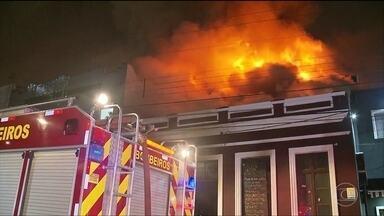 Incêndio em bar assusta frequentadores em Curitiba - A suspeita é que o fogo tenha começado pela cozinha e se espalhado pelo bar. Cerca de cem pessoas estavam no local na hora do incêndio. Ninguém se feriu.