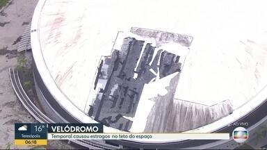 Temporal causa estragos na cobertura no velódromo - Cobertura do velódromo foi danificada após chuva e ventos nesta segunda-feira (15). Houve vazamento de água dentro do velódromo. Os reparos no local já começaram.